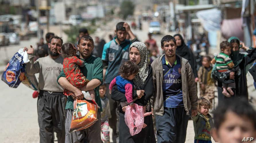 عوائل عراقية في الموصل خلال عملية إخلاء لخطوط المواجهة غربي المدينة
