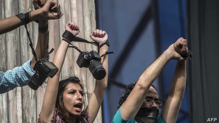 مصورون مصريون خلال اعتصام بمناسبة اليوم العالمي لحرية الصحافة