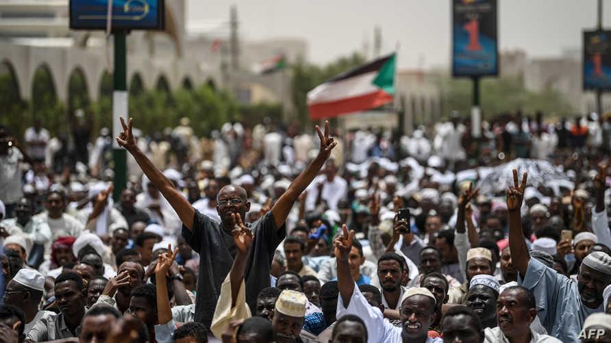 محتجون أمام مقر قيادة الجيش وسط الخرطوم