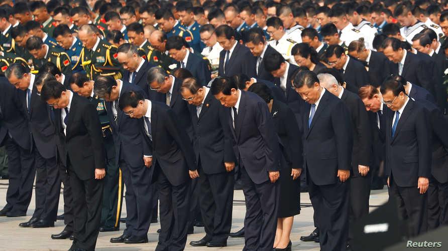 """الرئيس الصيني شي جينبينغ أمام """"نصب أبطال الشعب"""" وسط ساحة تيان أنمين"""