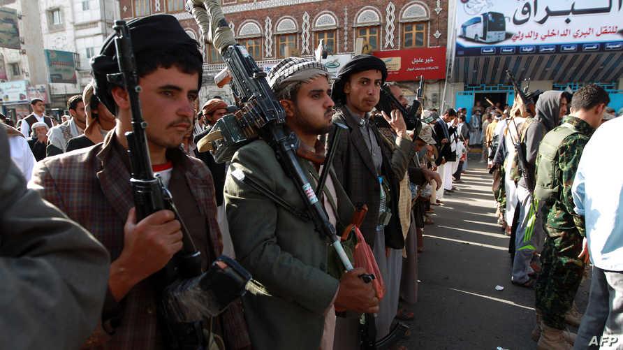 عناصر مؤيدة لجماعة الحوثي تتظاهر في محافظة تعز