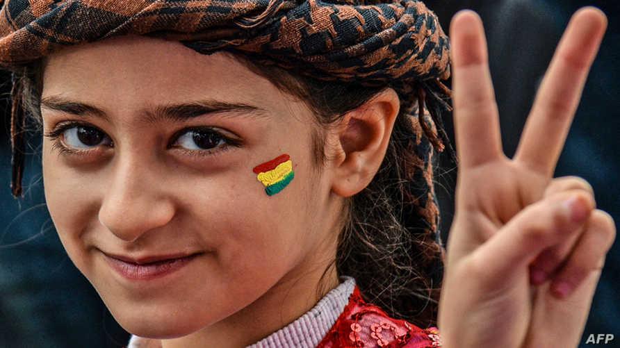 فتاة كردية خلال الاحتفال باليوم العالمي للمرأة في ديار بكر جنوب تركيا (أ ف ب)