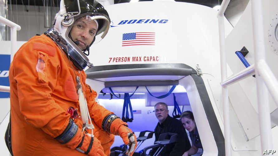 رائد فضاء بجانب الجيل الجديد للمركبات الفضائية