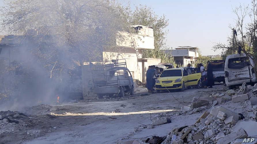 عائلات تهرب من إدلب وسط أنباء عن معارك عسكرية قادمة