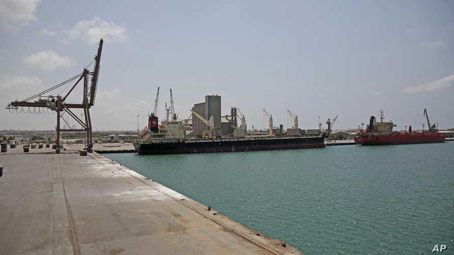 سفينة محملة بالوقود في ميناء الحديدة