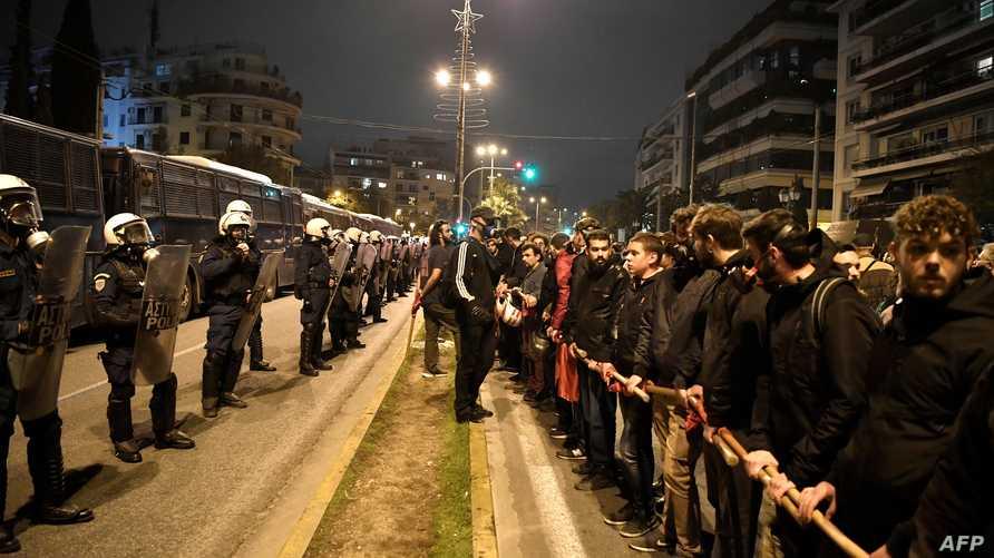 شرطة مكافحة الشغب تقف بمواجهة المتظاهرين في أثينا، 17 نوفمبر 2019