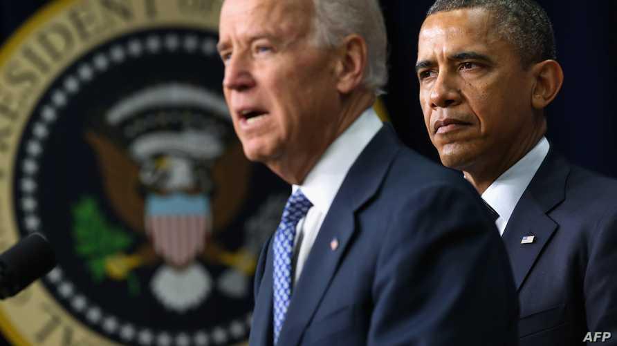 نائب الرئيس الأميركي جو بايدن يتحدث وخلفه الرئيس باراك أوباما