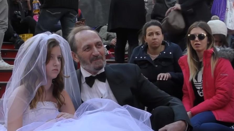 رجل في الستينات من عمره يمثل مشهد الزواج ببنت قاصر