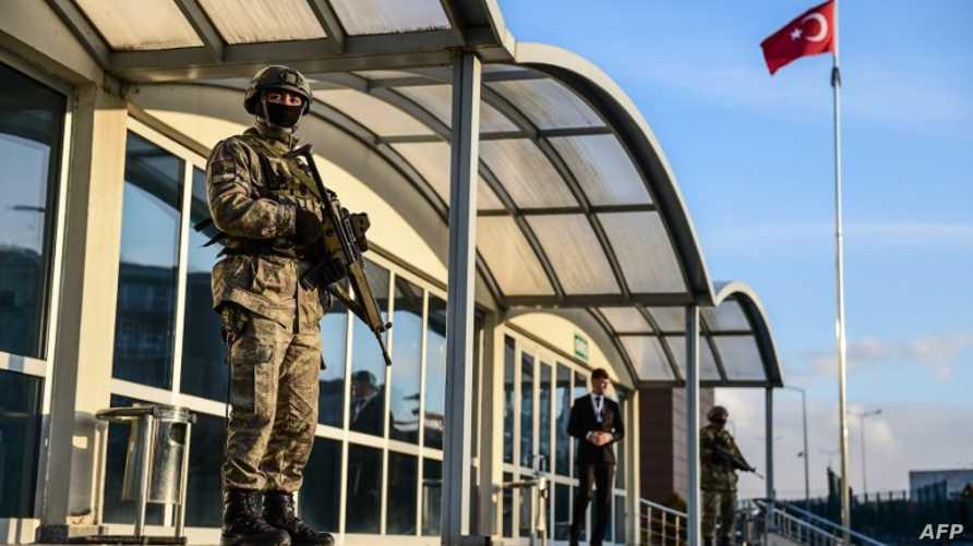 أحد أفراد القوات الخاصة أمام مدخل محكمة في اسطنبول - أرشيف