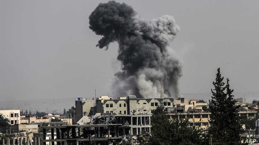 الدخان يتصاعد فوق إحدى مناطق الرقة خلال معارك بين قوات سورية الديموقراطية وداعش