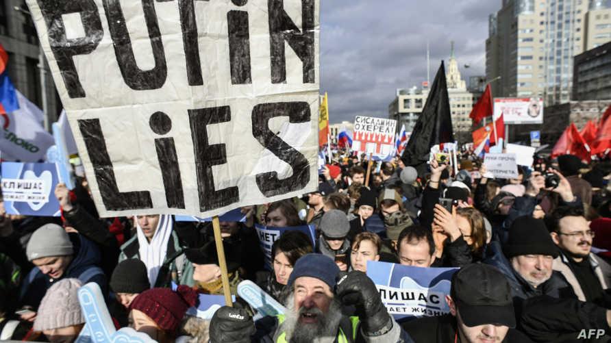 """متظاهر يحمل لافعة تقول """"بوتين يكذب"""" خلال احتجاجات في موسكو"""