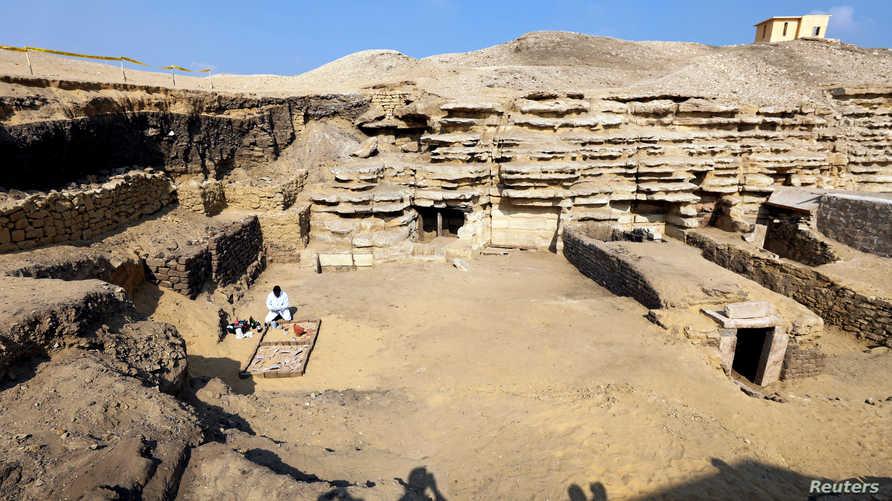 منظر عام خارج مقبرة خوفو-إيمهات في منطقة سقارة التي تم اكتشاف فيها قطع أثرية جديدة