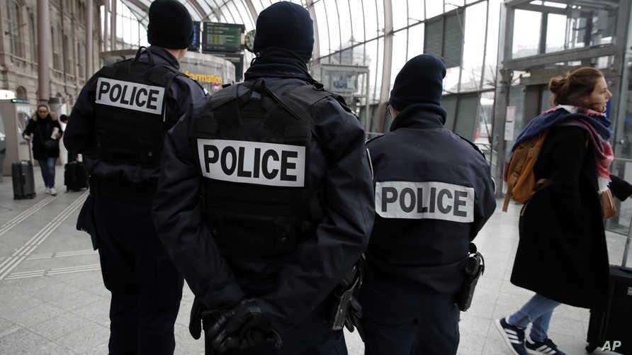 عناصر في الشرطة الفرنسية في محطة قطار ستراسبورغ