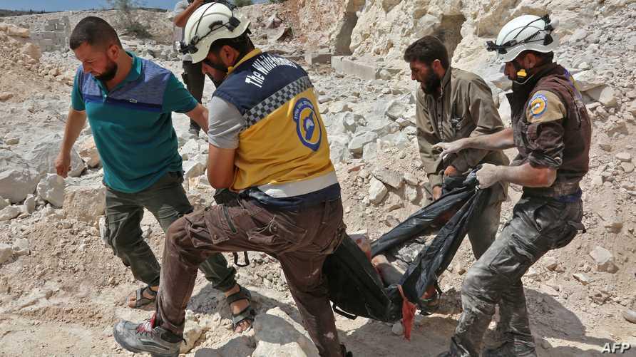 انتشال جثة شخص جراء الغارات على ريف إدلب