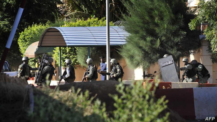قوات أمن مالية تتهيأ للهجوم على فندق راديسون حيث يحتجز الرهائن