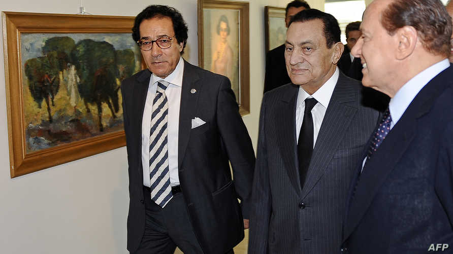 الرئيس المصري الأسبق حسني مبارك برفقة وزير الثقافة فاروق حسني (يسار). أرشيف
