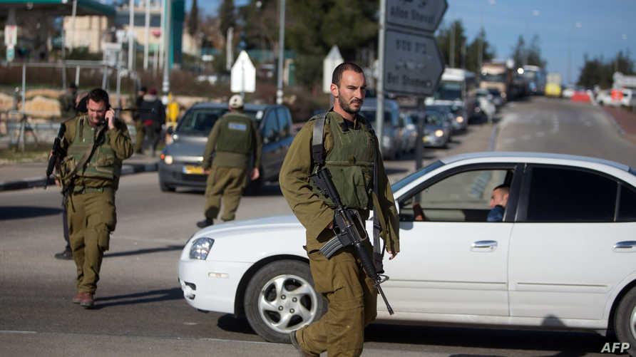 جنود إسرائيليون في أحد الطرق بين الخليل والقدس- أرشيف