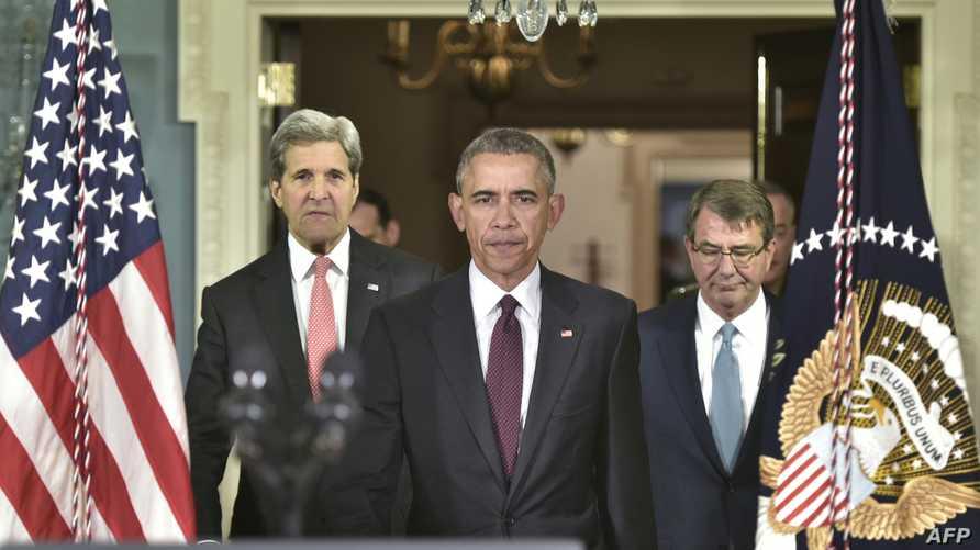 الرئيس باراك أوباما يتوسط وزيري الخارجية والدفاع مستعدا   لإلقاء كلمة بشأن الحملة ضد داعش الخميس.