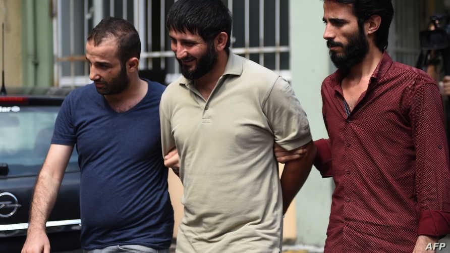 عناصر في الشرطة التركية بلباس مدني بعد اعتقال أحد المشتبه في اعتزامهم الانضمام إلى داعش- أرشيف
