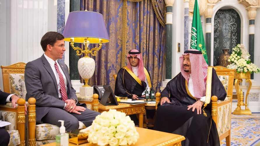 الملك سلمان بن عبد العزيز يلتقي وزير الدفاع الأميركي مارك إسبر - الصةورة من وكالة الأنباء السعودية