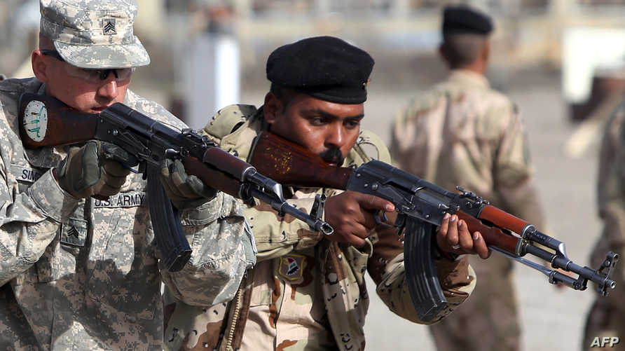 خبير عسكري أميركي خلال تدريب جندي عراقي