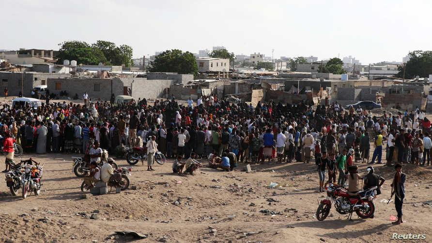 حشد من الناس تجمعوا لحضور عملية اعدام المتهمين
