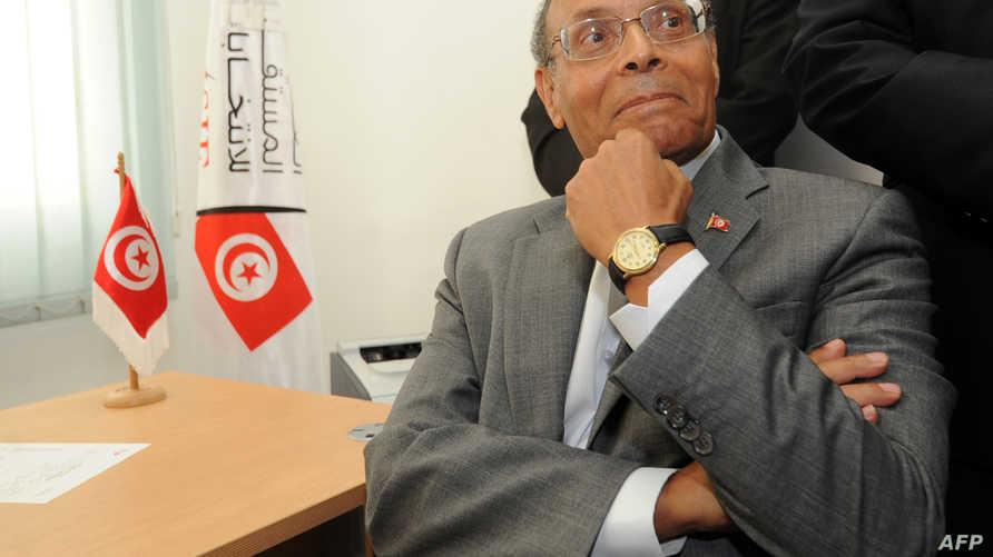 الرئيس التونسي محمد المنصف المرزوقي أثناء تقديم ترشيحه للانتخابات الرئاسية المقبلة