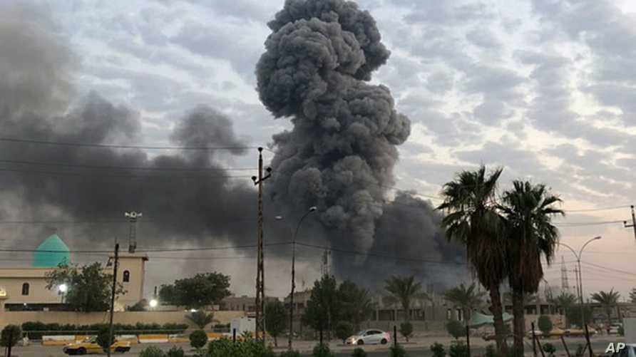 الدخان يتصاعد إثر الانفجار الذي وقع في قاعدة الصقر في بغداد في 12 أغسطس