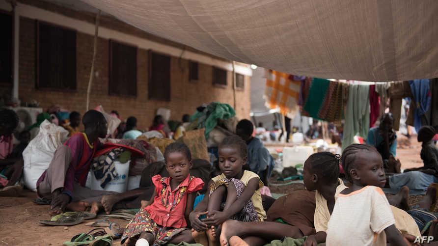 مواطنون فروا من المعارك في جنوب السودان في أحد مراكز الصليب الأحمر التي تستقبل النازحين