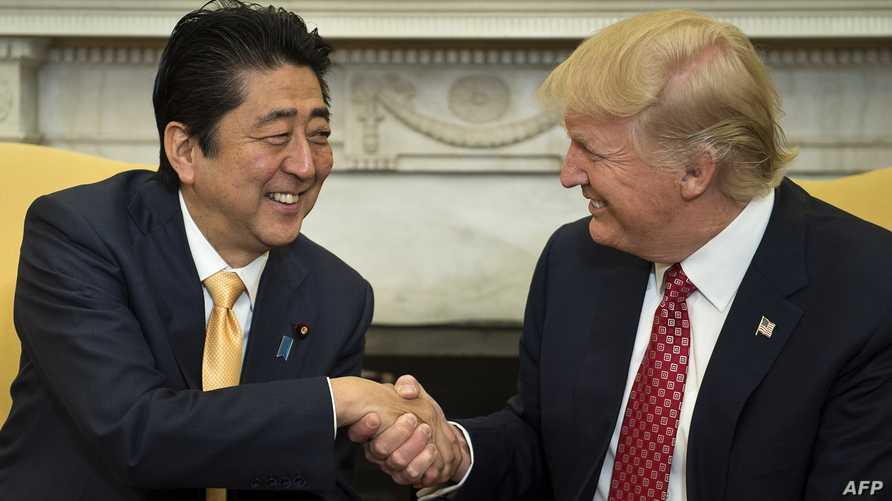الرئيس دونالد ترامب يصافح رئيس الوزراء الياباني شينزو آبي
