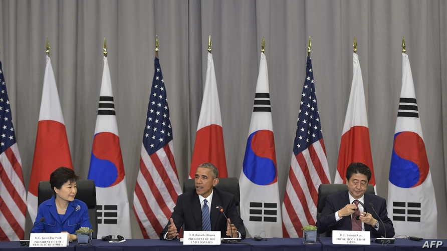 الرئيس باراك أوباما مع رئيسة كوريا الجنوبية بارك غيون ورئيس الوزراء الياباني شينزو آبي.