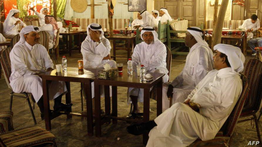 مجموعة من القطريين في أحد المطاعم