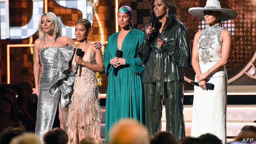 ليدي غاغا وجادا سميث وأليشا كيز إلى جانب ميشيل أوباما وجينيفر لوبيز في حفل جوائز غرامي