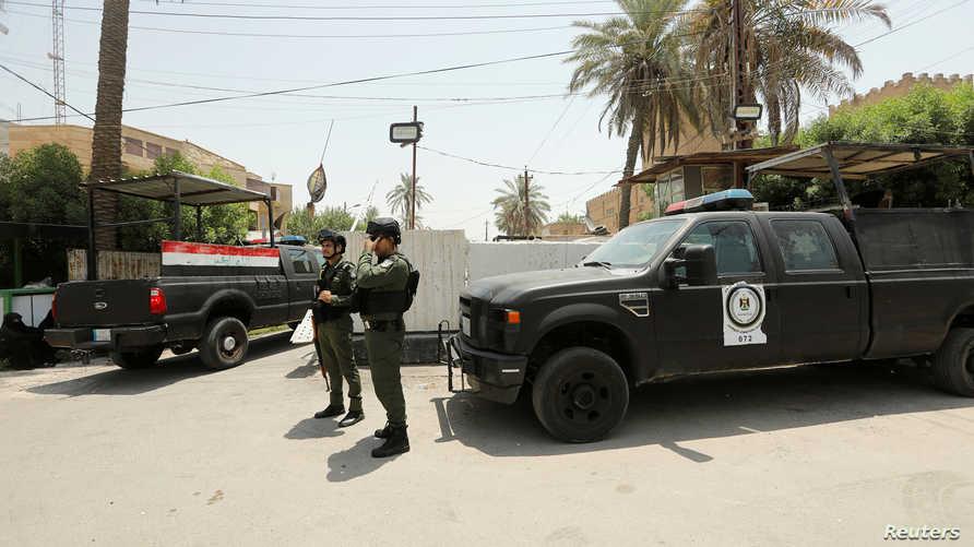 عناصر في الأمن العراقي يحرسون مبنى السفارة البحرينية في بغداد