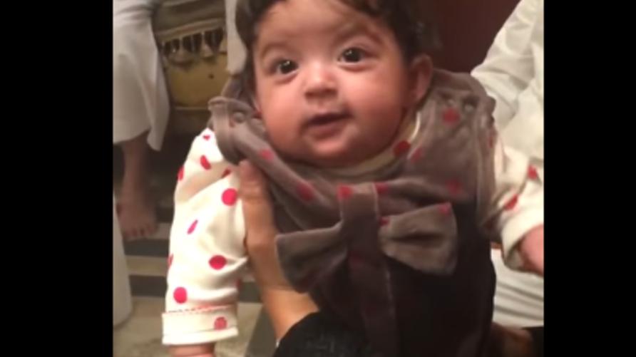 الطفلة المعنفة بعد استعادتها وإلقاء القبض على الوالد