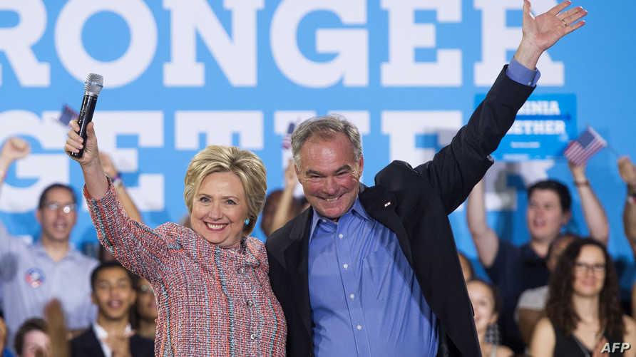 كلينتون وكاين خلال لقاء انتخابي للمرشحة الديموقراطية الشهر الجاري في فيرجينا-أرشيف