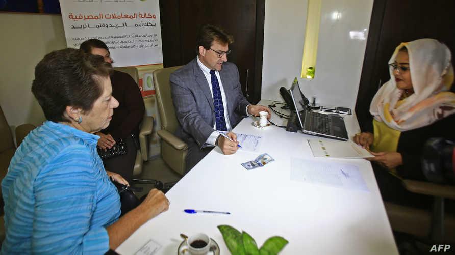 دبلوماسيون أميركون خلال عملية فتح حسابات بنكية في السودان