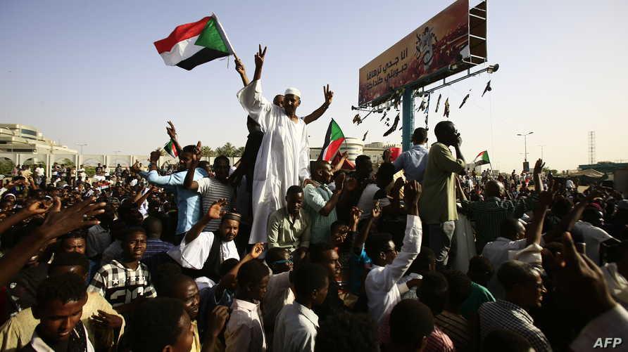 سودانيون يواصلون الاعتصام أمام مقر قيادة الجيش