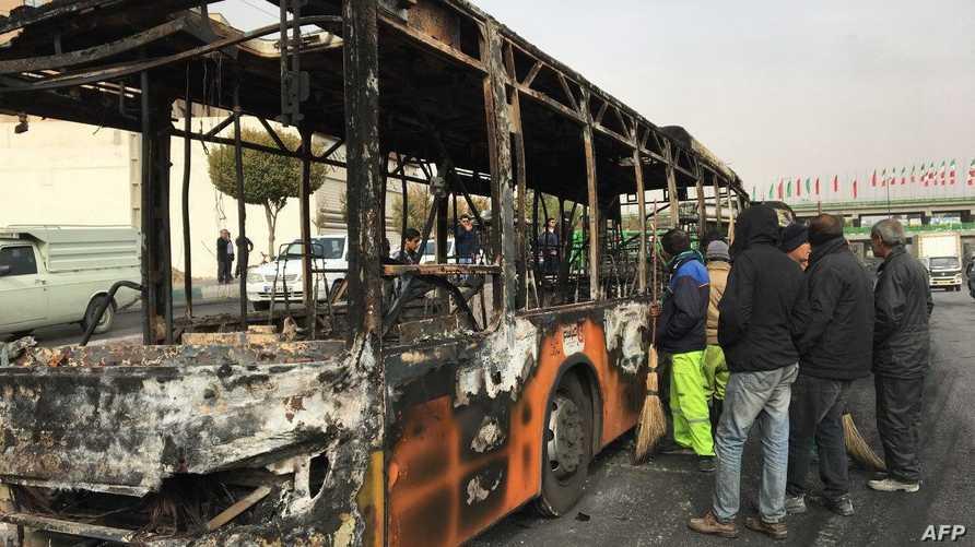 باص محترق خلال التظاهرات في أصفهان