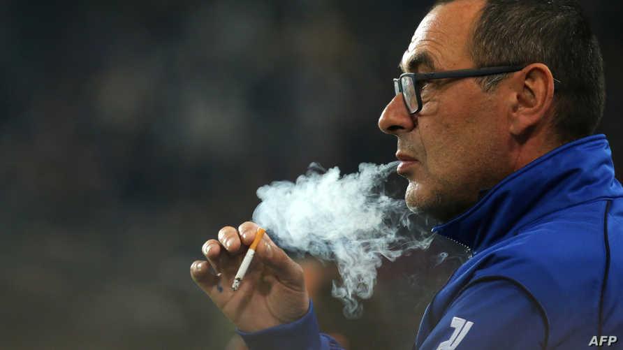 ماوريسيو ساري يدخن سيجارة في عام 2015 أثناء تدريبه لفريق إمبولي