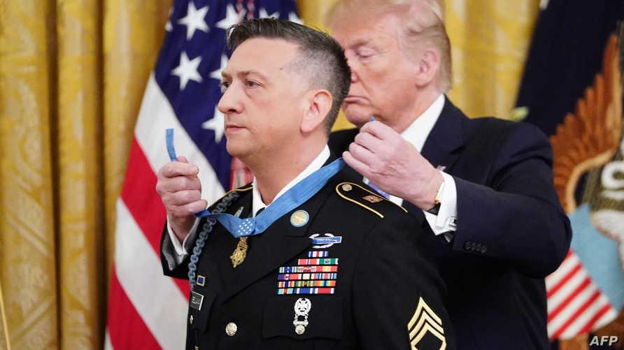"""الرئيس ترامب يقلد ديفيد بيلافيا """"وسام الشرف"""""""