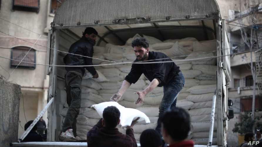 مساعدات إنسانية في قرية كفر بطنا السورية