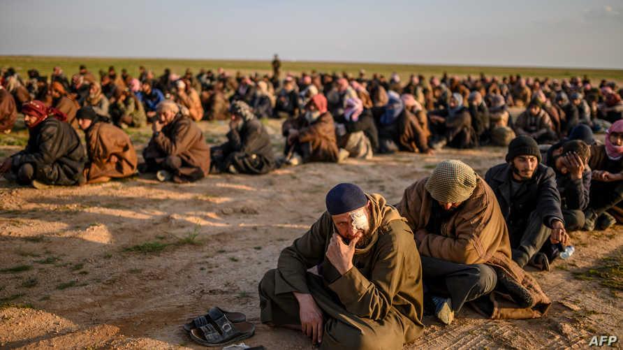 أشخاص يشتبه بأنهم عناصر من داعش لدى قوات سوريا الديمقراطية
