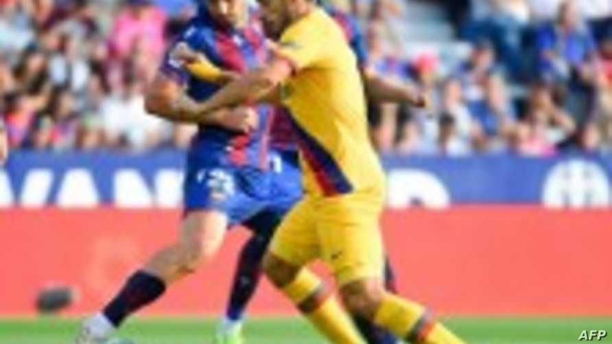 سواريز في صراع على الكرة قبل دقائق من إصابته