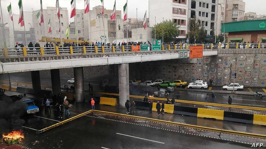 محتجون إيرانيون يقطعون شارعا رئيسيا في العاصمة طهران