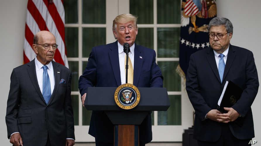 الرئيس الأميركي دونالد ترامب يتوسط وزير التجارة ويلبر روس (شمالا) ووزير العدل ويليام بار، خلال كلمة حول التعداد السكاني