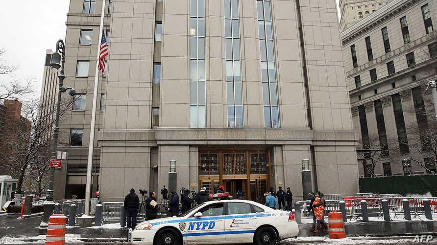شرطة مانهاتن أمام إحدى المحاكم