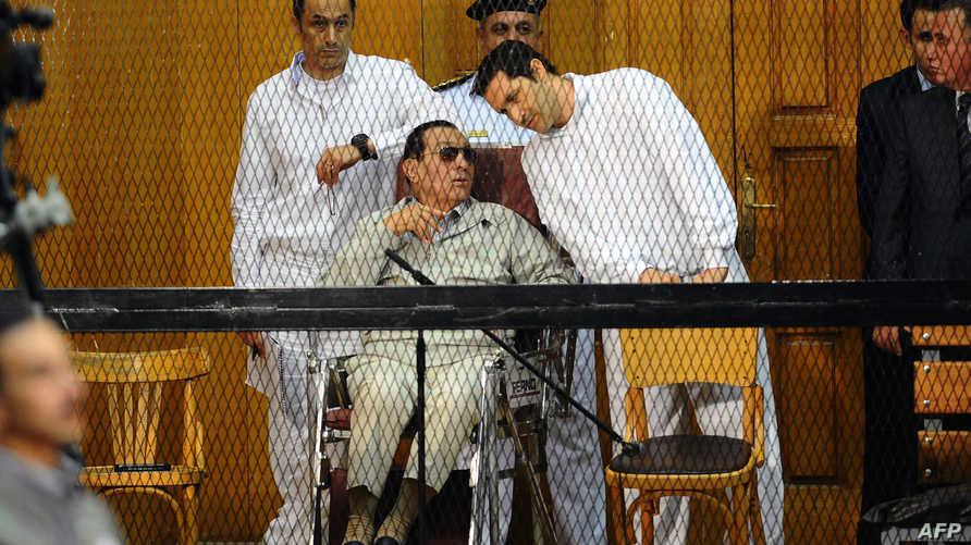 مبارك ونجلاه قفص الاتهام- أرشيف