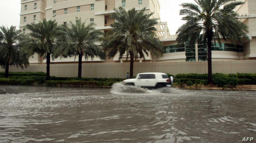 فيضانات خلفتها الأمطار في دبي-أرشيف