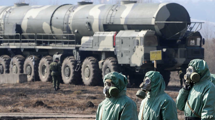 جنود روس يرتدون أقنعة وملابس مضادة للأسلحة الكيميائية